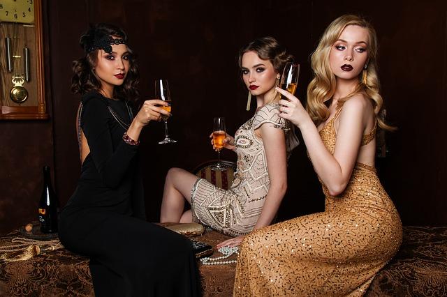 tři ženy s šampusem