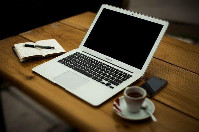 Mac na stole