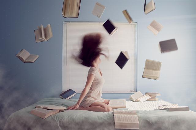 žena na posteli a knihy