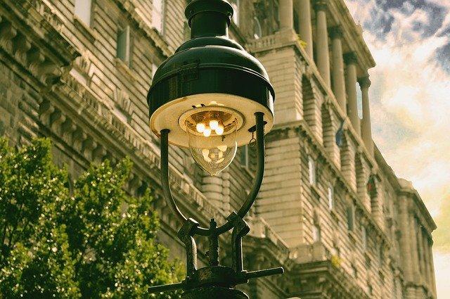 rozsvícené výbojky v pouličním svítidle.jpg