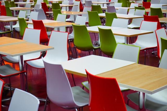 stoly a židle v jídelně