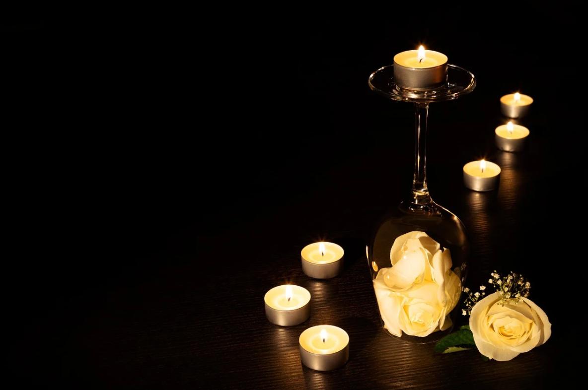 svíčky ve tmě